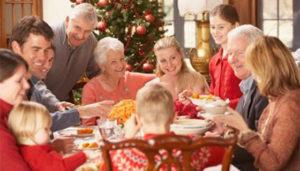 Família reunida em torno da mesa no Natal, uma das festas de fim de ano