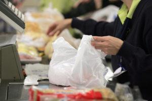 Pessoa embala as compras com a nova lei de sacolas plásticas