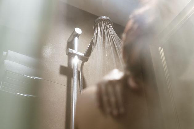 pessoa tomando banho quente