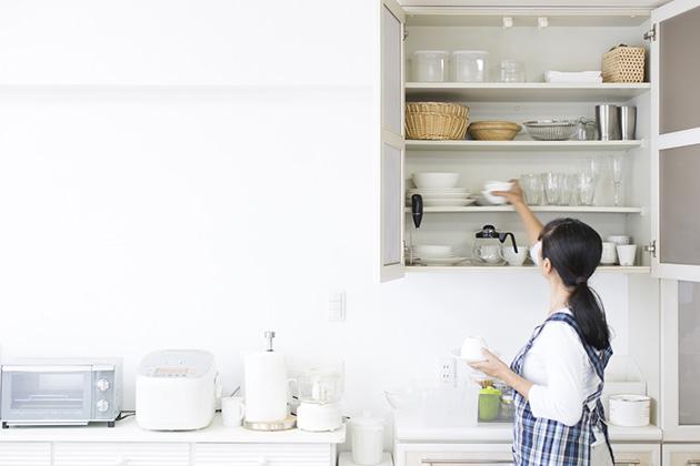 mulher realizando a organização de espaços residenciais