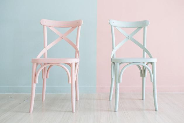 Cadeiras com retoques de pintura azuis e rosas