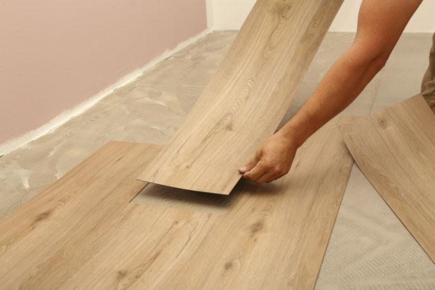 Aplicando madeira no piso para reformar sem quebrar
