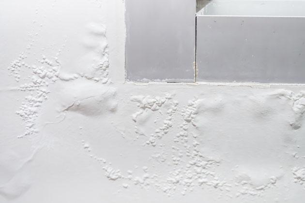 Parede branca com bolhas na pintura