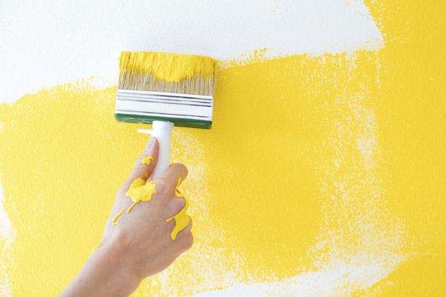 Parede pintada de amarelo para cobrir as bolhas na pintura