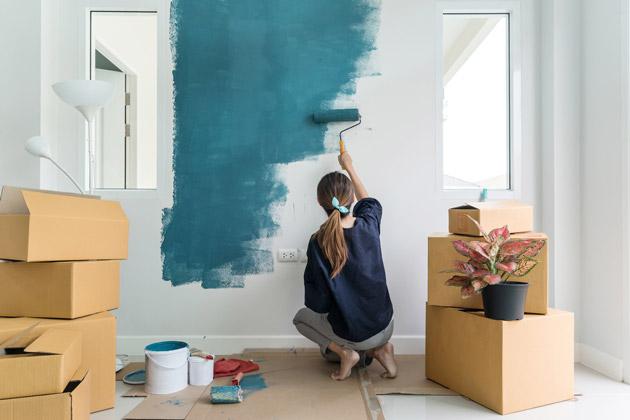 Mulher pintando para renovar paredes