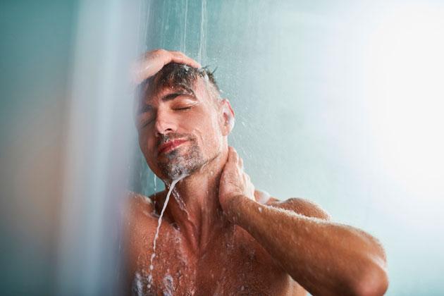 Homem experimenta chuveiro ideal para enfrentar o inverno