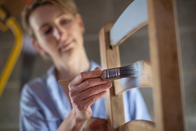 Pintura faz parte de como reformar móveis antigos