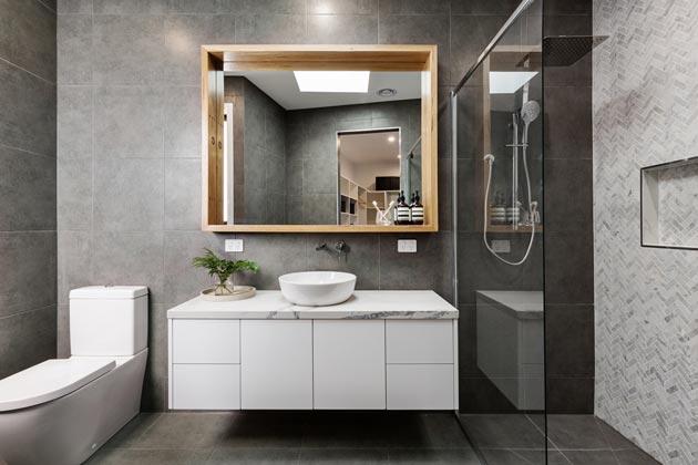Banheiro cinza com porcelanato na parede