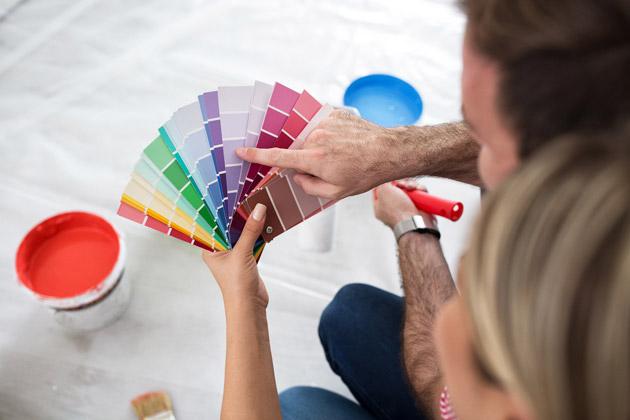 Casal escolhe paleta de cores para saber como usar tinta acrílica para renovar a casa