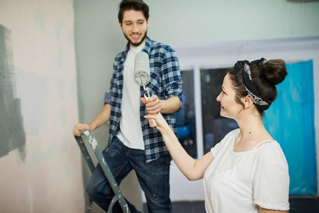 Casal aprende como usar tinta acrílica para renovar a casa