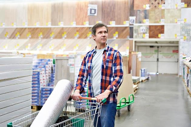 Homem com blusa xadrez sabe como comprar materiais de construção