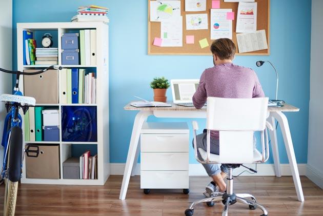 home office pequeno com parede azul